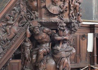 Άμβωνας με αγάλματα